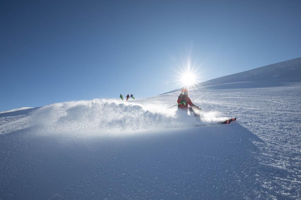 Abfahrt Skifahrer