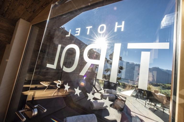 Hotel Tirol Fiss Logo auf Glastür