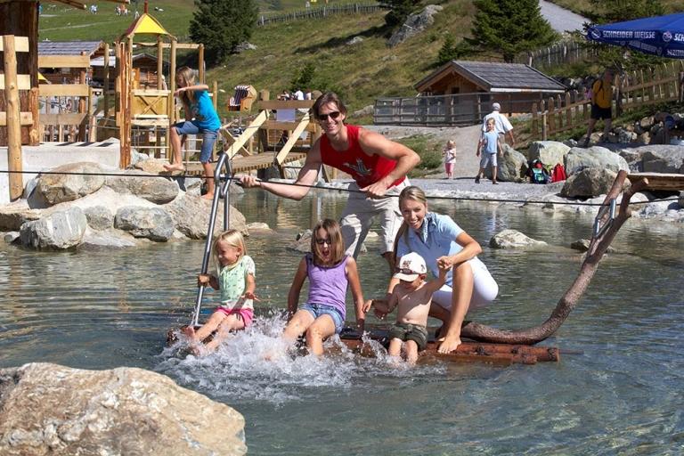 Familie beim Wasserspielen