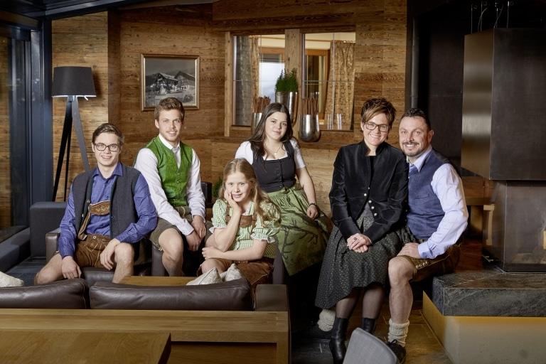 Gastgeberfamilie in Tracht