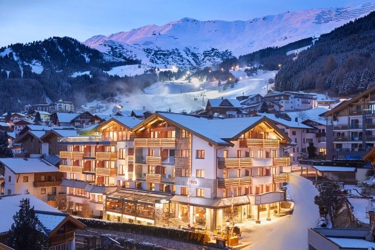 Hotel Tirol Außenansicht Winter bei Nacht