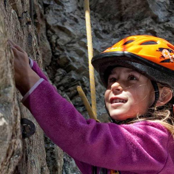 Mädchen beim Klettern