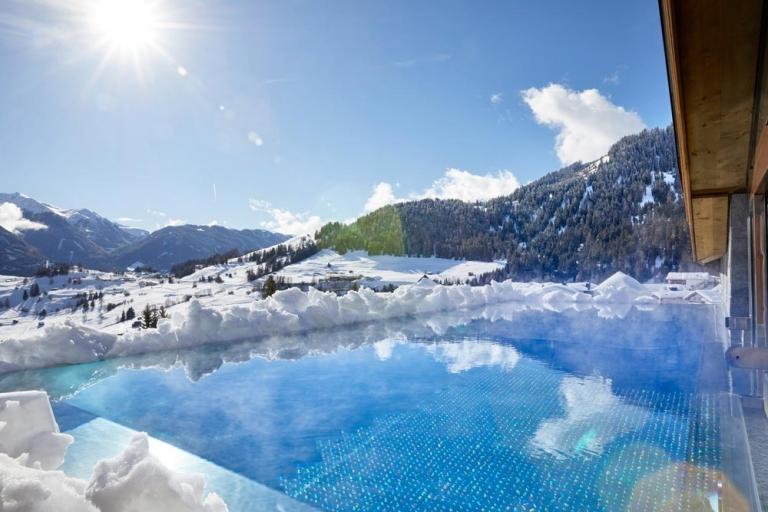 Infinity-Pool Winter Aussicht