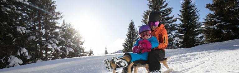 Winterurlaub Rodeln Familie