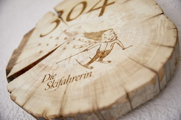 Holzschild Die Skifahrerin