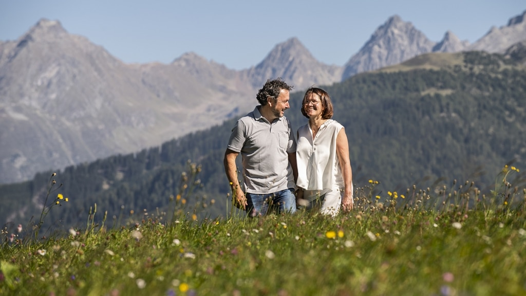 Paar glücklich auf Blumenwiese