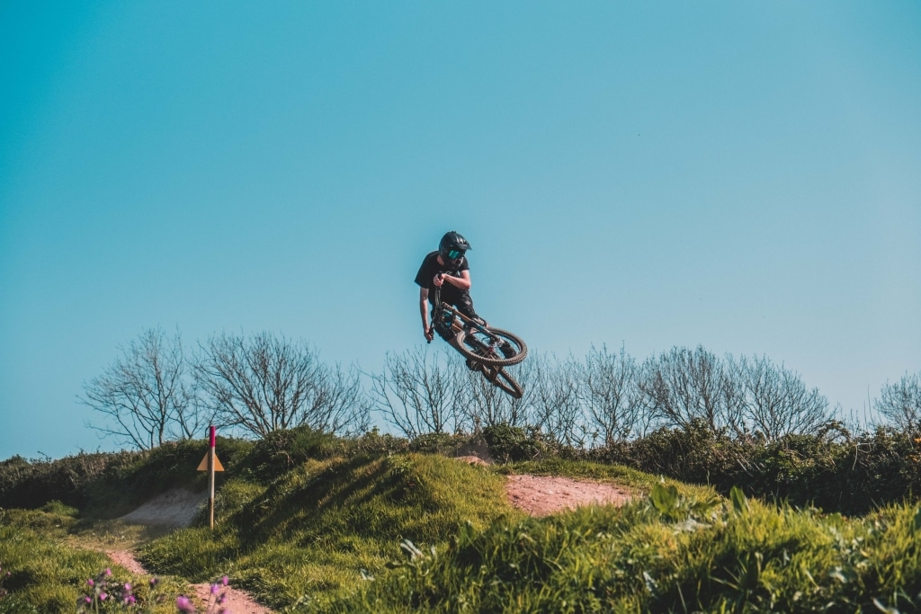 Downhiller springt in die Luft