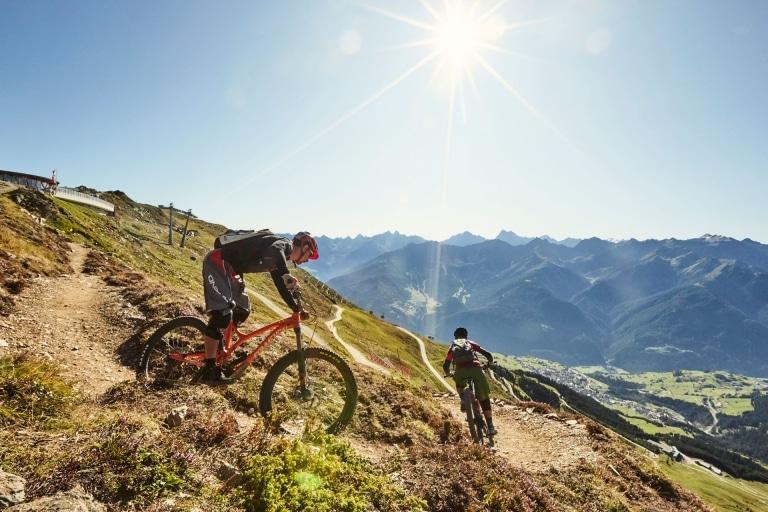 Zwei Mountainbiker fahren den Berg hinunter