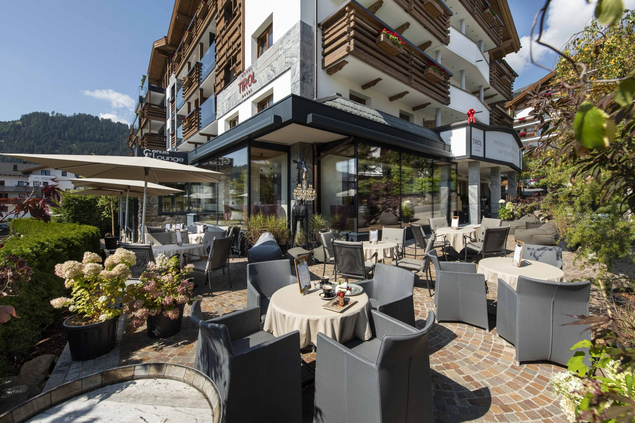 hotel-vorderfront-terrasse